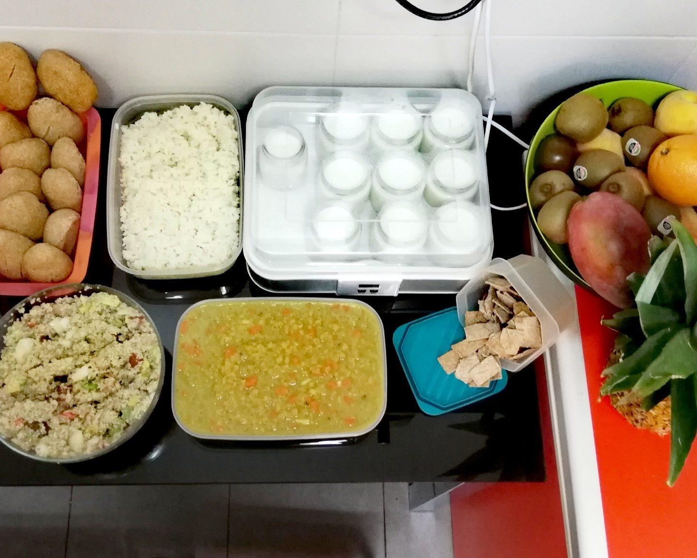 Batch cooking de ensalada de quinoa, arroz cocido, lentejas a las mil y una noches, pollo a la crema, pan viena real y nachos