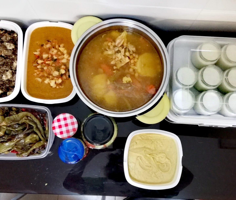 Batch cooking de cocido, cous cous con champiñones, arroz caldoso con sepia, hummus de garbanzos y pimientos asados