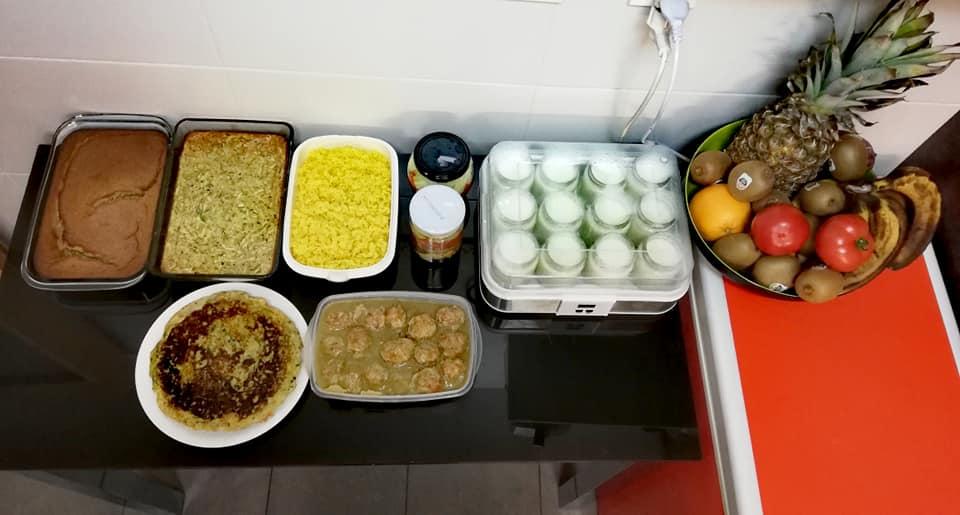 Batch cooking de pastel de calabacín, arroz con cúrcuma, albóndigas al curry, tortilla de verduras y bizcocho real