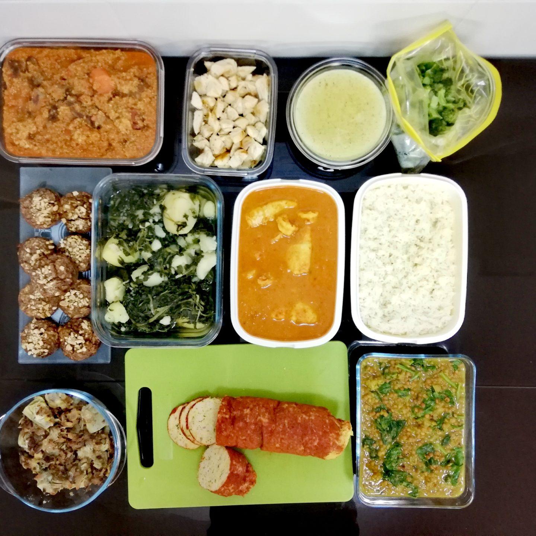 Batch cooking de alcachofas con ajos tiernos, lentejas al curry, espinacas con patatas, fiambre de pollo con especias, guiso de quinoa con ternera, curry de pescado, macarrones integrales con salsa de bechamel, pollo y brócoli y bocaditos de manzana fitness