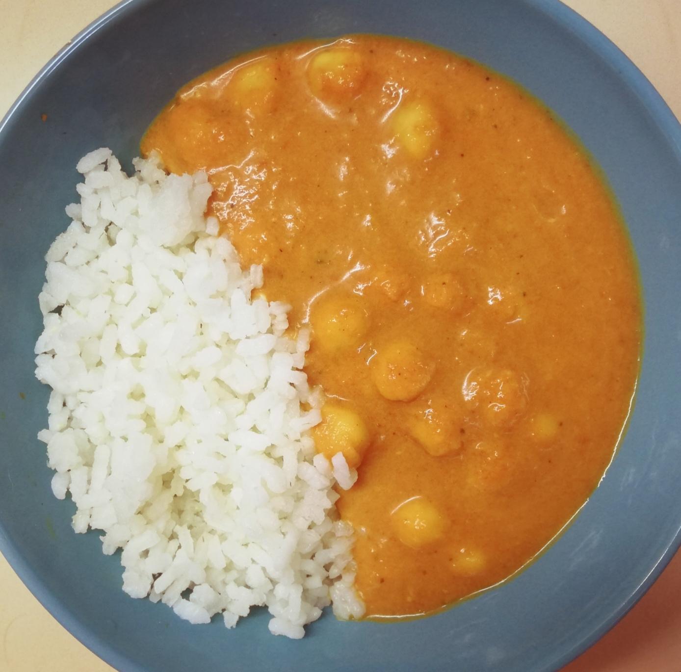 Curry de garbanzos con arroz cocido