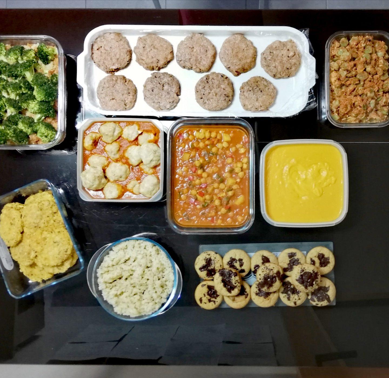 Batch cooking de habas con tomate y huevo, sopa de garbanzos, nuggets saludables, quinoa con brócoli y lomo, crema de verduras con crema de cacahuete, hamburguesas de salmón, albóndigas de pollo en salsa y muffins de plátano, chocolate y crema de cacahuete