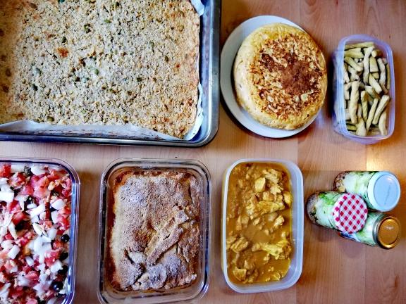 Batch cooking viajero: Pipirrana «on my way», tortilla de patatas preñada, pollo al curry en salsa de piña, pastel de quinoa, pastel de pollo, ensalada de col y grisines al curry.
