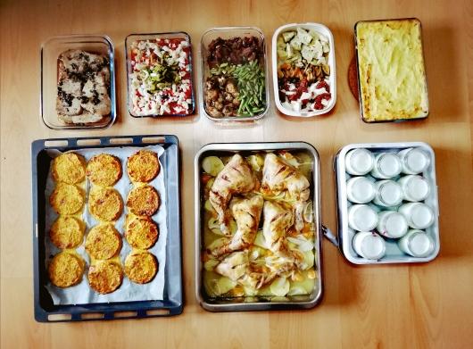 Batch cooking de ensalada de ajos tiernos, pastel de pescado de Jamie Oliver, ensalada de alcachofas y mejillones, asado de pollo con mandarina, nuggets vegetales, atún al Jerez, arroz con verduras y bacalao y yogures con confitura de fresa y frambuesa