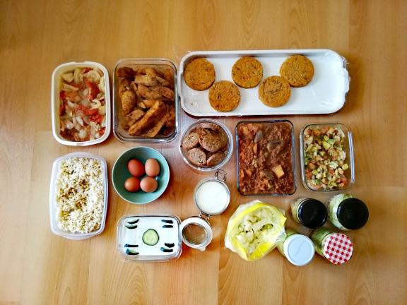 Batch cooking de picadillo cubano vegano, ensalada de aguacate y gambas, tzatziki y carne a la plancha, escalivada de cebolla con huevos duros, patatas adobadas al horno, verduras al vapor con salsa de yogur, arroz cocido, hamburguesas de alubias y galletas saladas de queso y nueces