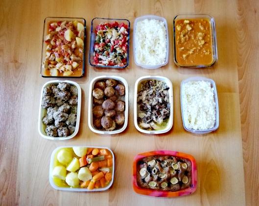 Batch cooking de cocido con albóndigas, marmitako, ensalada de pimientos y bacalao, sopa, tortilla de ropa vieja, albóndigas de merluza en salsa, pollo tikka masala y pan de plátano