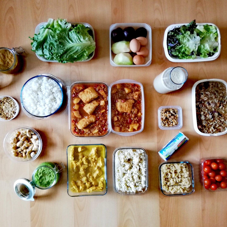 Batch cooking de ensalada de hoja de roble, guiso de pescado con tomillo, lentejas con setas y arroz, crema de espárragos, arroz estilo hindú, pechugas de pollo al curry con arroz cocido y espaguetis con pesto de guisantes