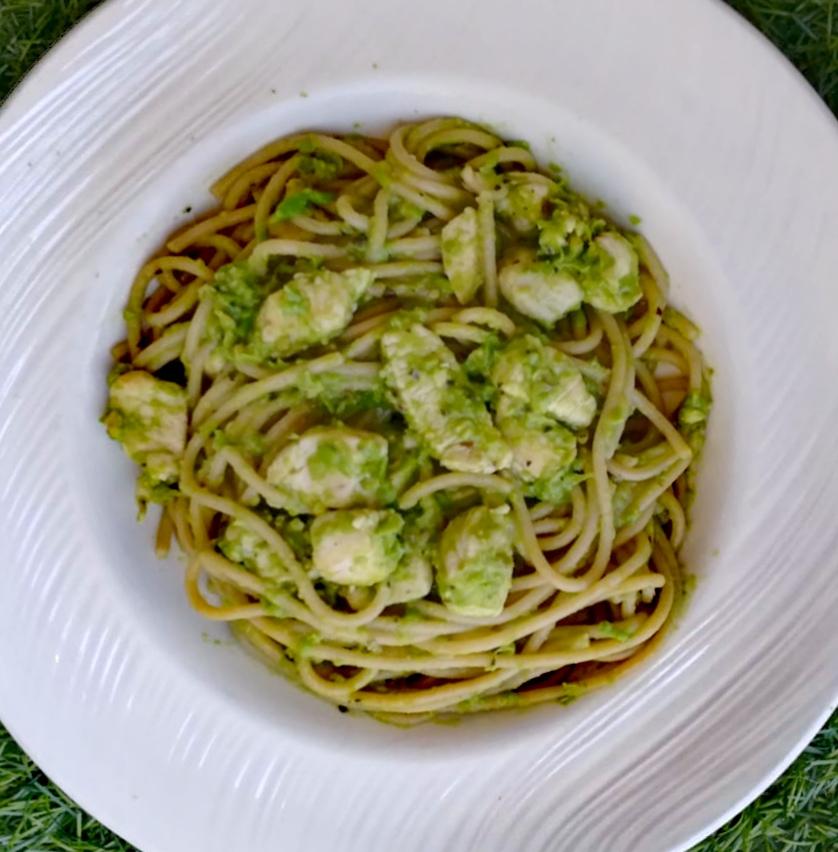 Espaguetis con pesto de guisantes