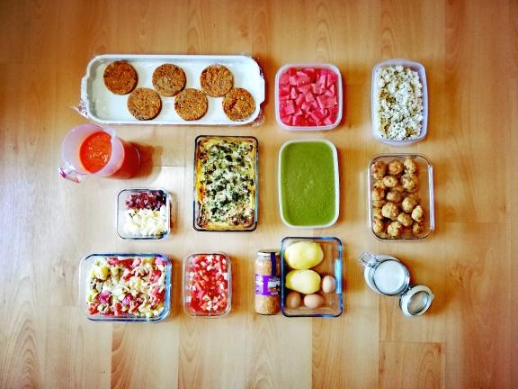 Batch cooking de quiche de verduras y salmón, crema de calabacín, ensalada con patatas, salmorejo, ensalada de patatas y lentejas, hamburguesas de alubias, albóndigas en salsa de nueces y arroz cocido