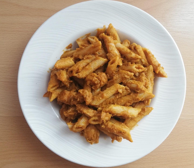 Pollo guisado con pasta integral