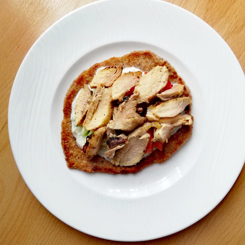 Rollitos de pollo marinado con pan de pita