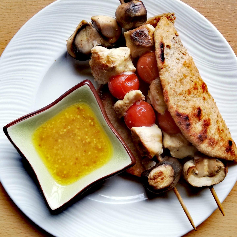 Kebabs de pollo marinado con pan de pita