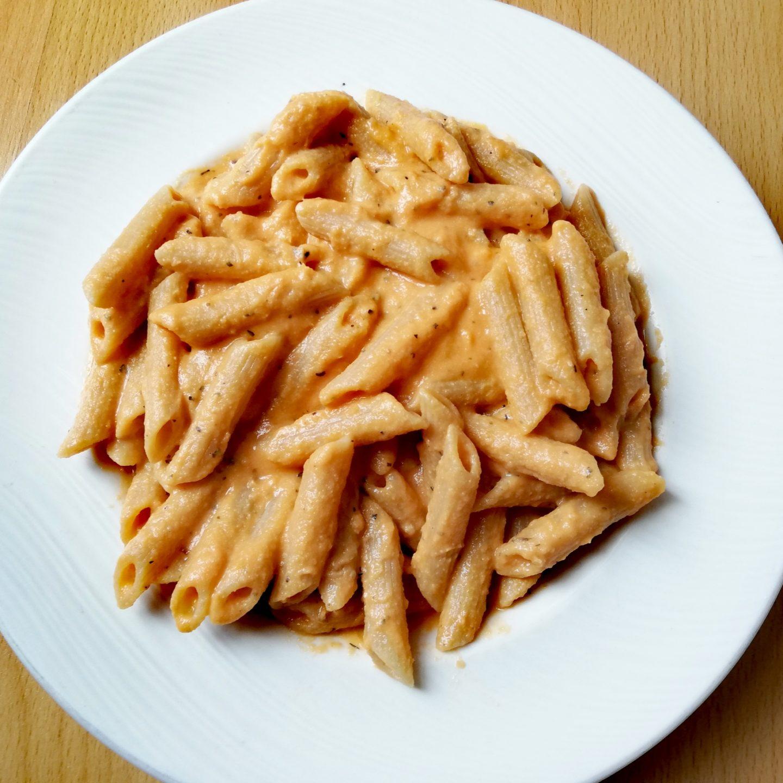 Macarrones integrales con salsa de tomates asados y anacardos