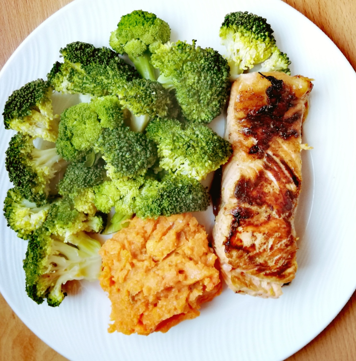Salmón marinado con soja, boniato asado y brócoli al vapor