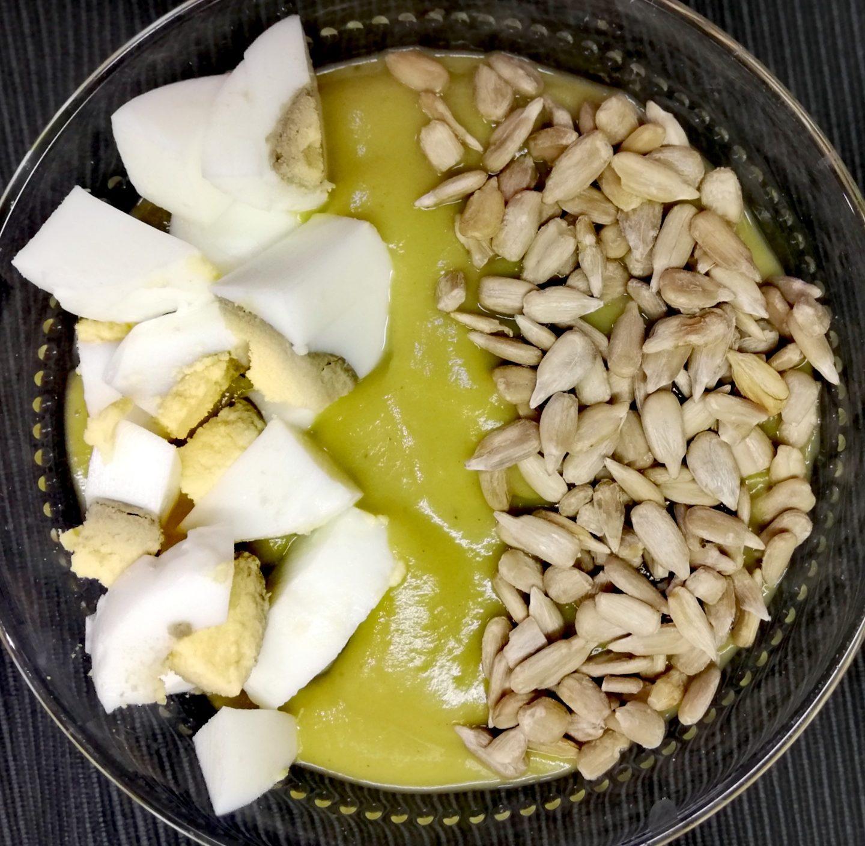 Puré de brócoli con semillas y huevo