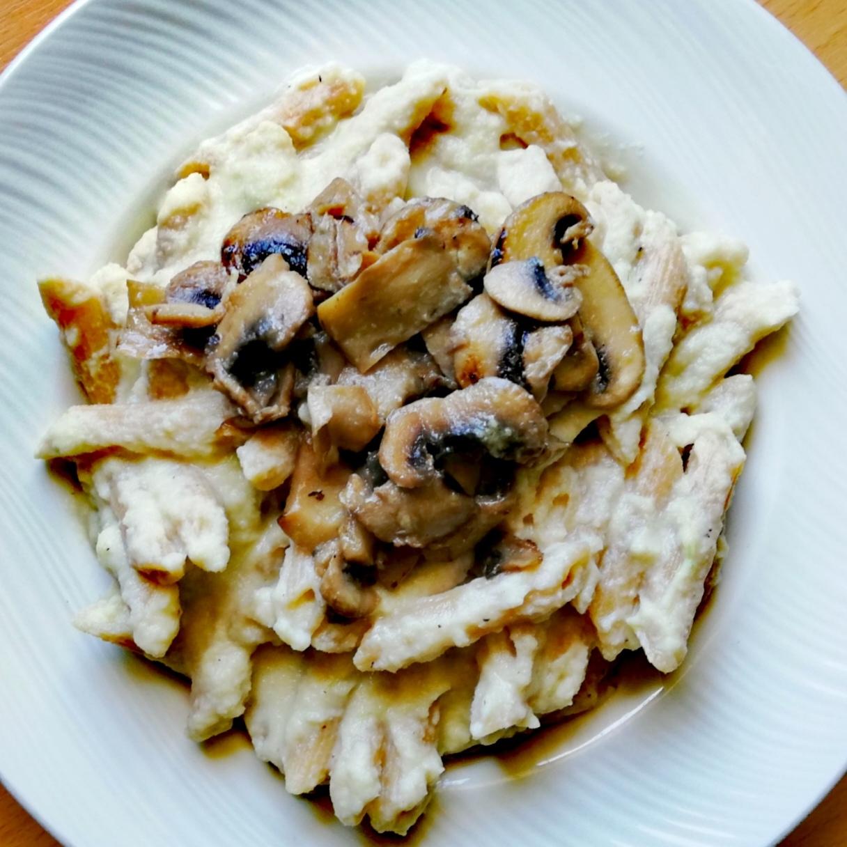 Pasta integral con crema de coliflor y champiñones