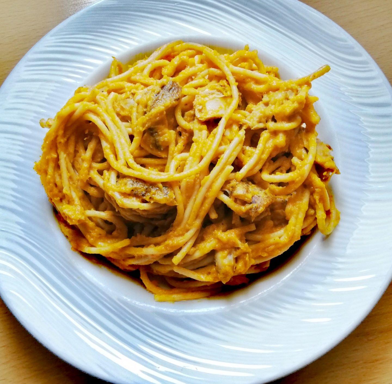 Pasta integral con salsa de uvas pasas y pollo