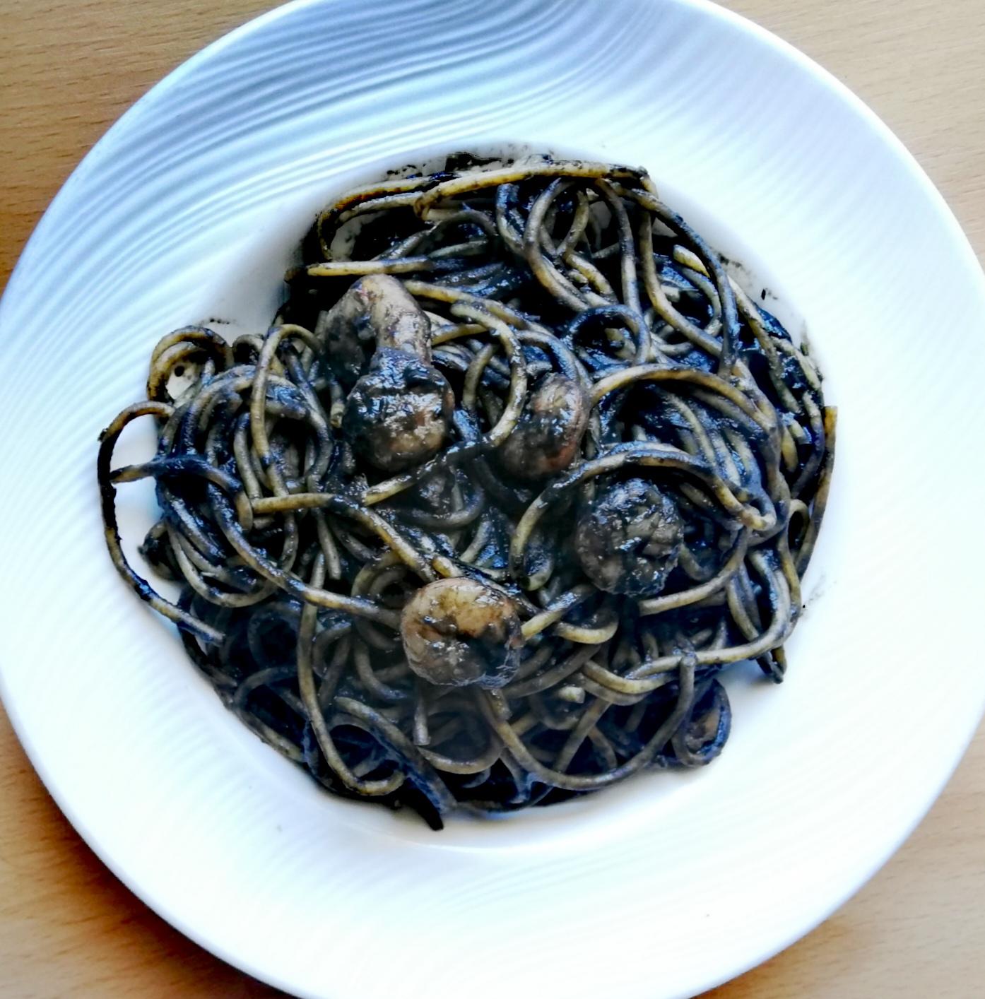 Espaguetis integrales en salsa negra
