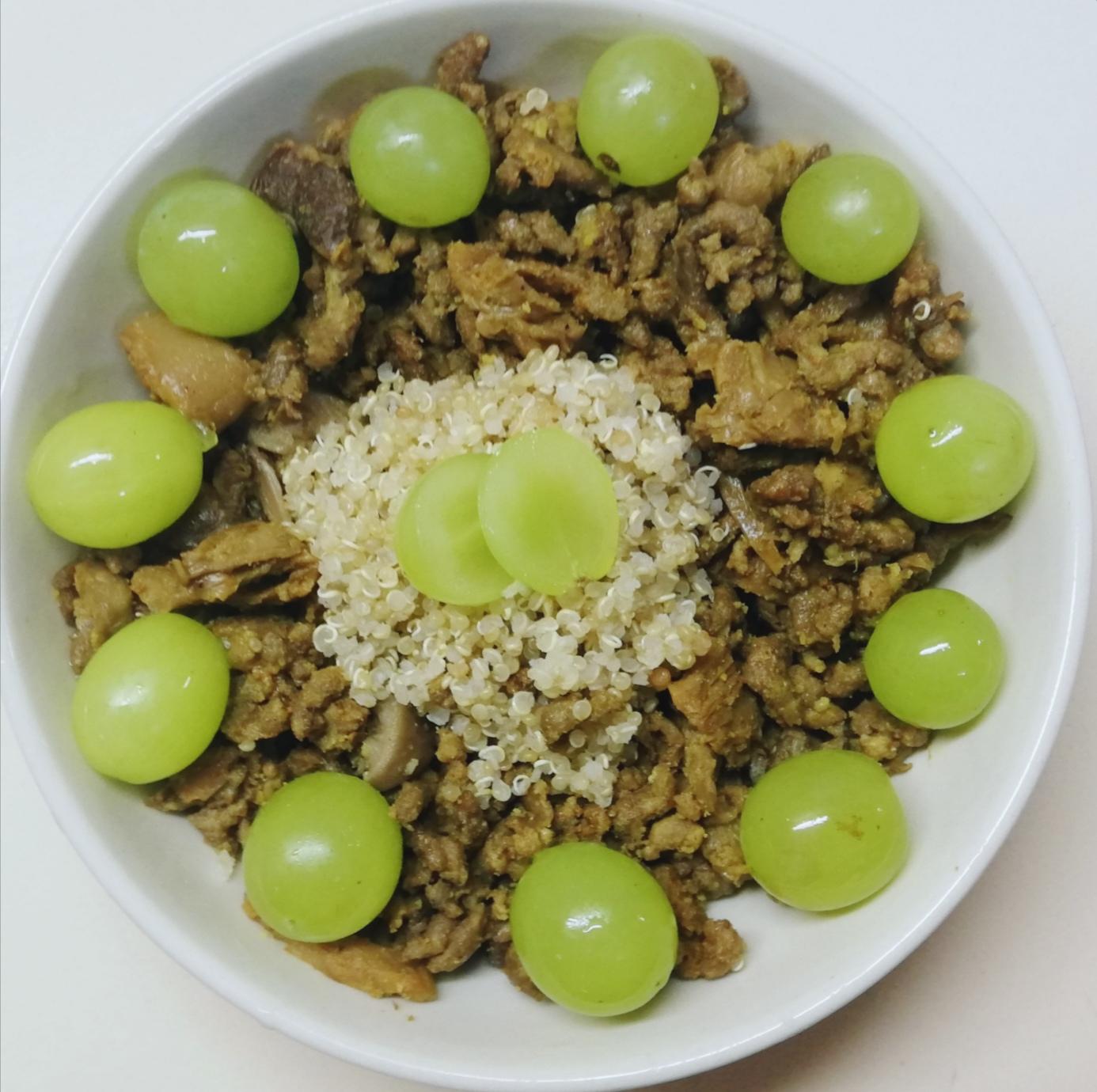 Ternera especiada con quinoa y uva