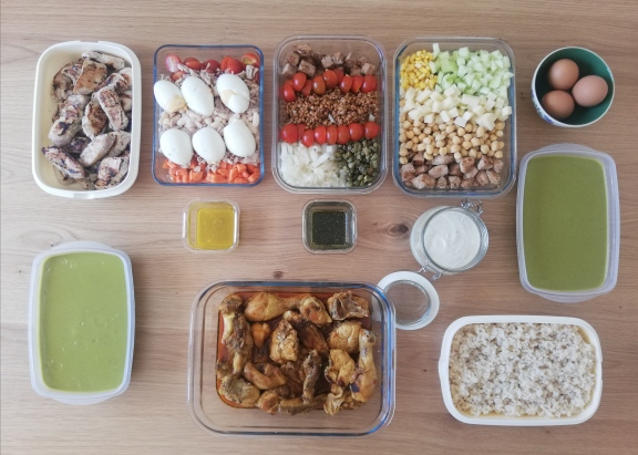 Sesión de batch cooking de ensaladas con legumbres (y más cosas, que los míos comen como limas)